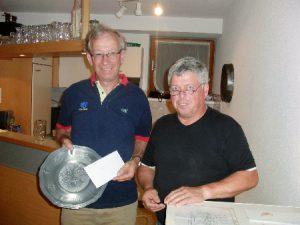 Stüblewirt Walter Gabriel gratuliert dem Sieger Hubert Gstach