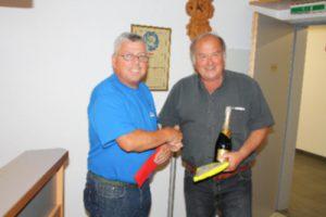 Stüblewart Cebi gratuliert dem Sieger Ewald Bertsch