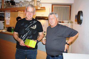 Stüblewart Walter Gabriel gratuliert dem Sieger Roman Scherrer